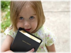 garotinha-com-biblia-pensamentos-de-cristãos
